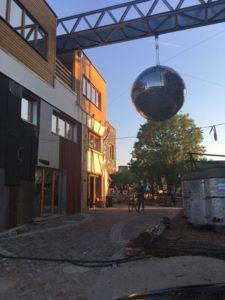 Holzmarkt Eingang mit Discokugel